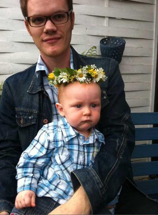 Eddie firar sin första midsommar tillsammans med pappa Ulf i Sundsvall. Mamma Lena tog denna fina bild efter att hon gjort en krans till honom.