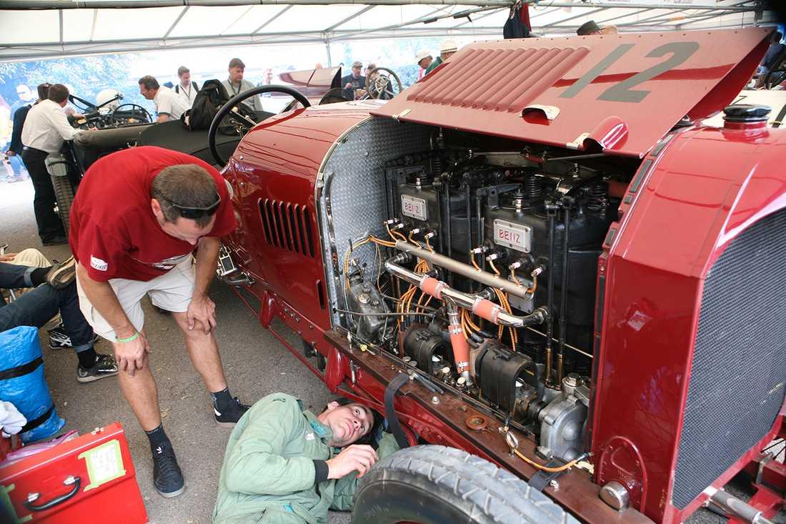 Gamla bilar kräver en hel del underhåll. Här kontroleras en Benz från 1913.