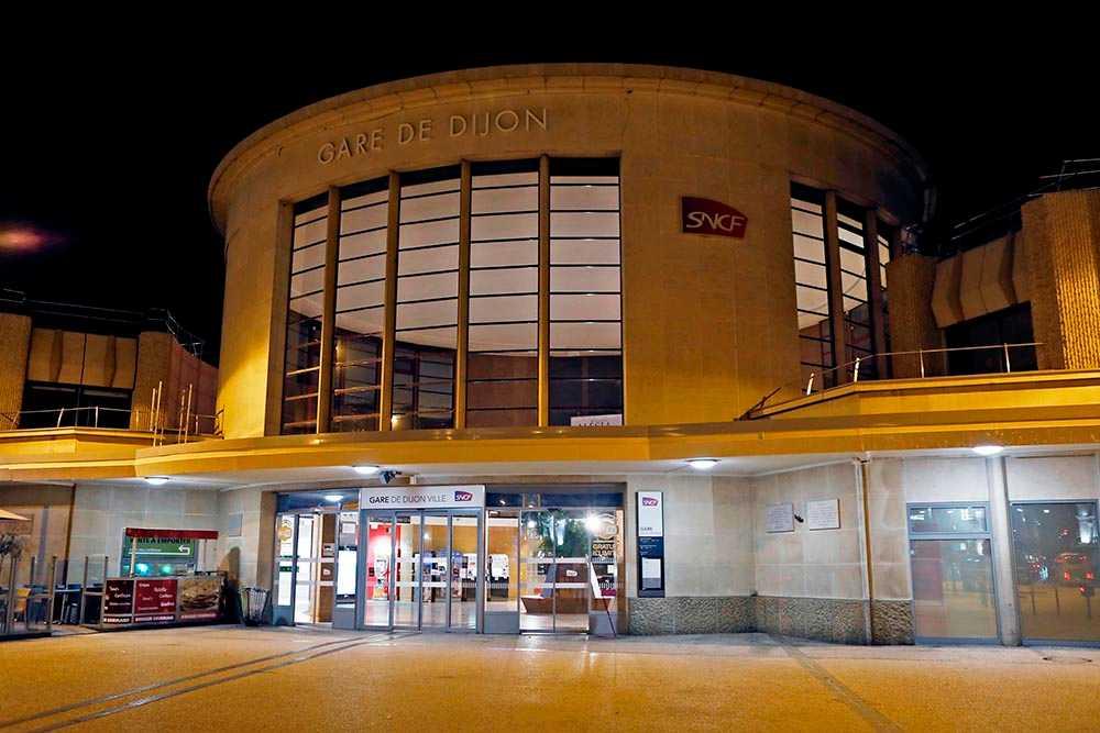 Makaveli Lindén greps på centralstationen i Dijon.