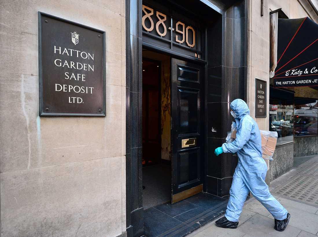 En kriminaltekniker anländer till brottsplatsen.