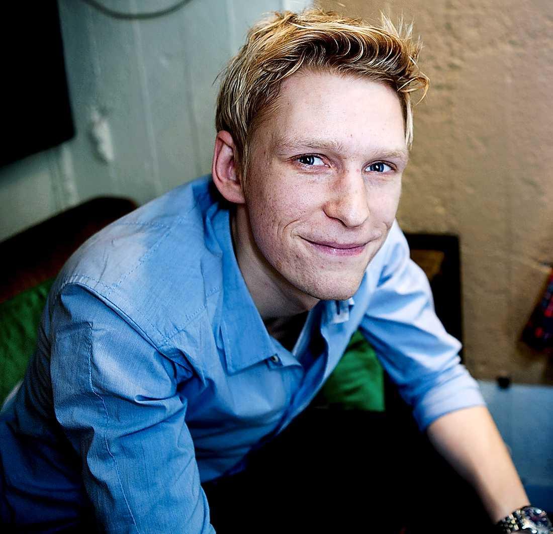 Nobbades av scenskolan. Anton Lundqvist har i stället lärt sig av att studera mamma.