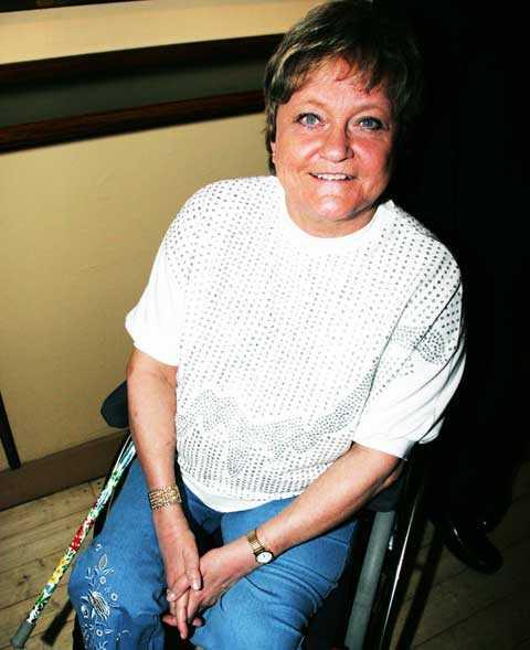 Som barn drabbades Anna-Lena Löfgren av polio. På senare år tvingades hon använda rullstol.