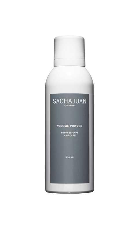 """""""Volume powder"""", Sachajuan En klassiker som hängt med länge. Sachajuan var bland de första att lansera ett volympuder på flaska och den levererar fortfarande. Ger bra med volym, mattar ner oljiga partier och finns dessutom i en mörk variant för dig med brunt hår."""