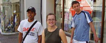 Frivillig på plats Caroline Hansen tillsammans med två ungdomar vid sitt tre veckor långa volontärarbete i England.