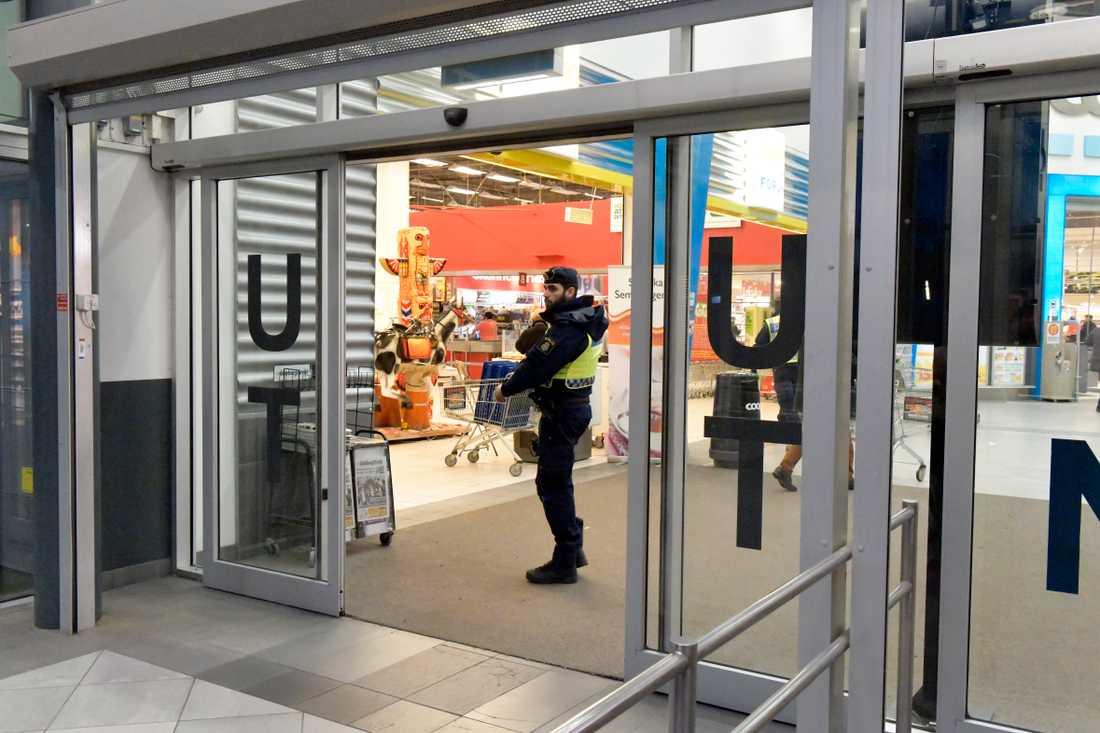 Efter gripandet var det flera poliser inne på Coop.