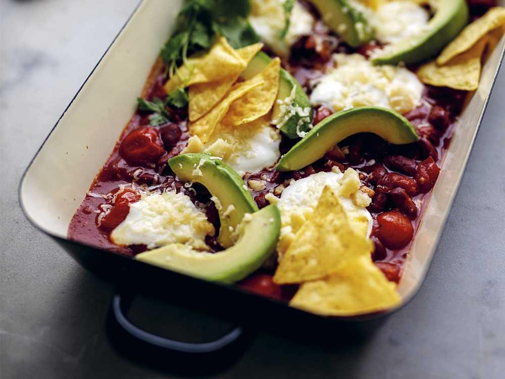 Servera bönröran med nachos.