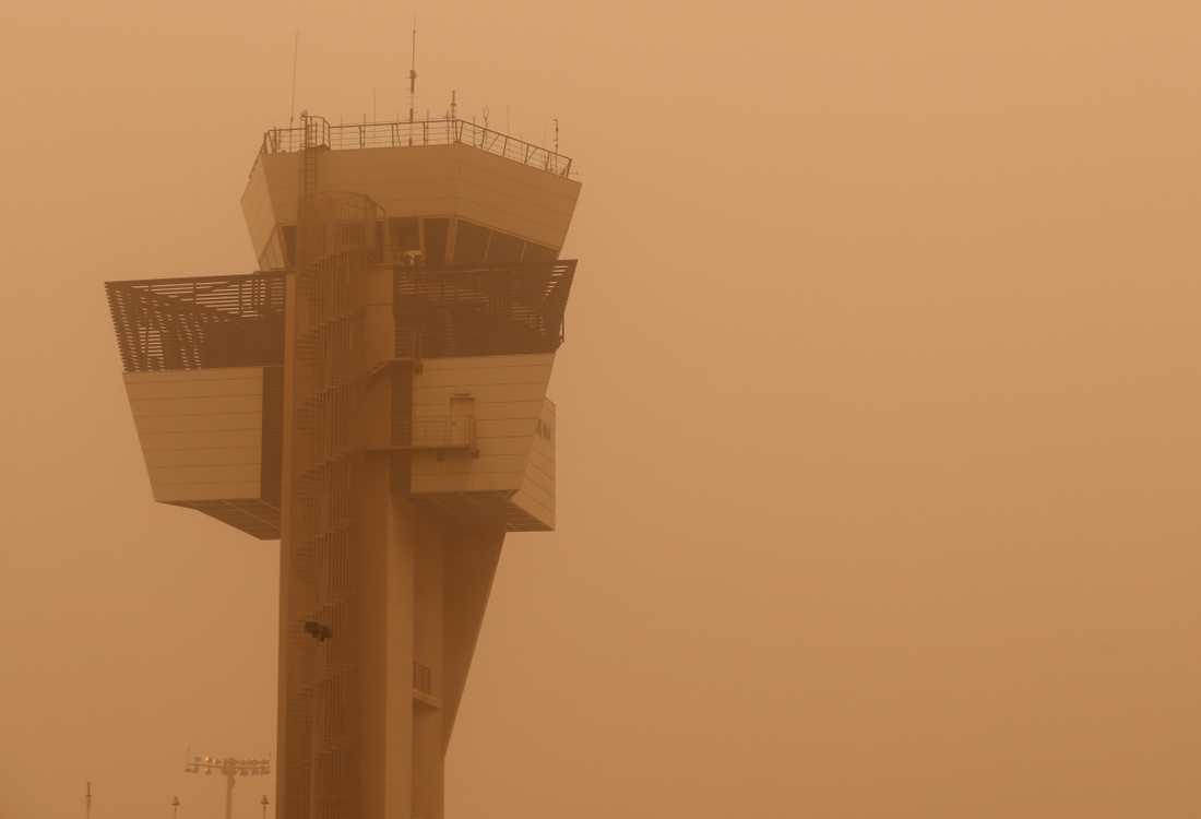 Anledningen till att flygplatserna tvingades stänga var en omfattande sandstorm.
