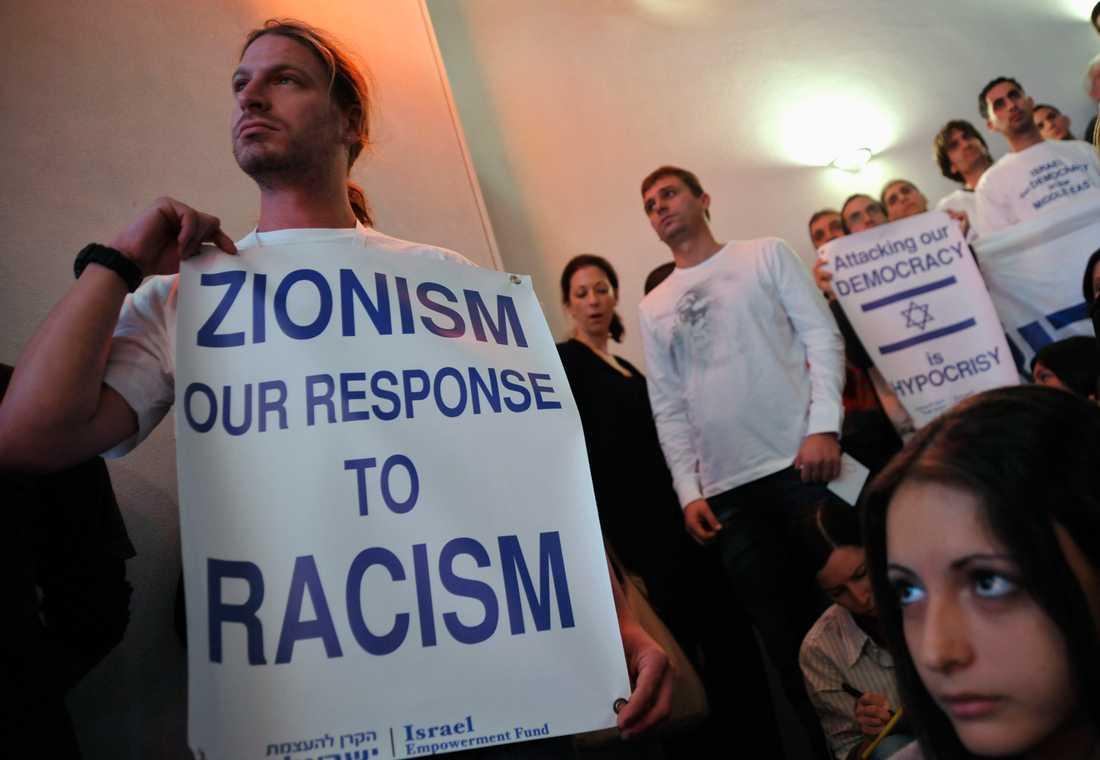 Demonstranter möter journalisten Donald Boström när han landar i Tel Aviv.