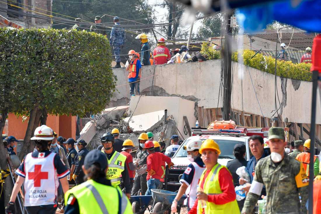 Hundratals sjukvårdare och räddningsarbetare från brandkåren, polisen och militären finns på plats.