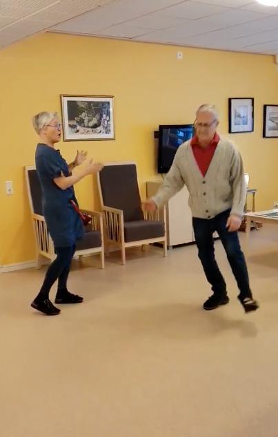 Undersköterskan Jeanette Halldén och Bertil som bor på Kalkstensgatan tar en sväng om.