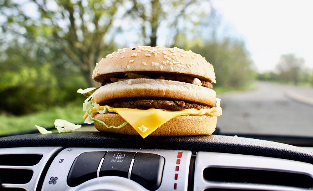 Det är förbjudet att äta och köra i Storbritannien.