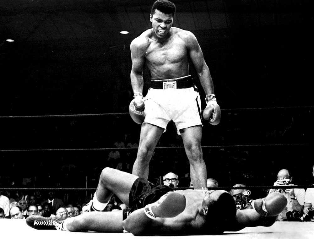 TITELVINNAREN En av världen mest kända idrottsbilder, från strax efter att Ali knockat Sonny Liston 1965.