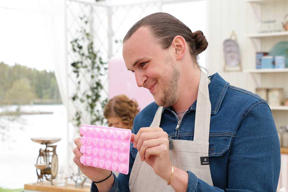 Deltagaren Fredrik Britz bakar småkakor.