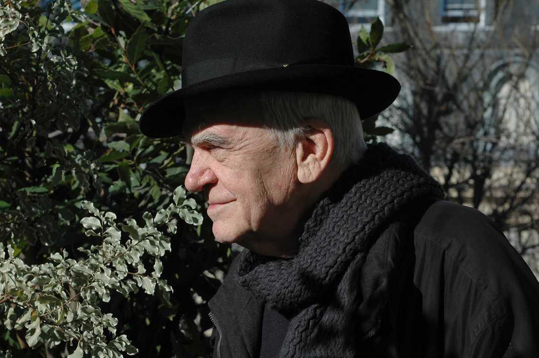 Milan Kundera, född 1929, blev fransk medborgare 1981 och är bosatt i Paris.