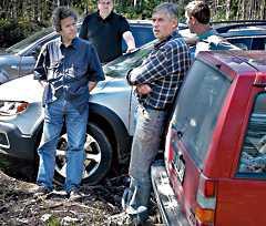 Stolta testförare har lyckats köra med sina halvmiljonjeepar längst ut på den oländiga skogsbilsvägen där de träffar bonden Gunnar Erlandsson som kört med sin 945:a.