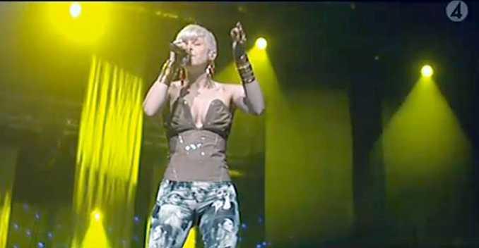 """Robyn hyllade hjältarna genom att framföra låten """"Indestructible"""" live, för första gången i Sverige."""