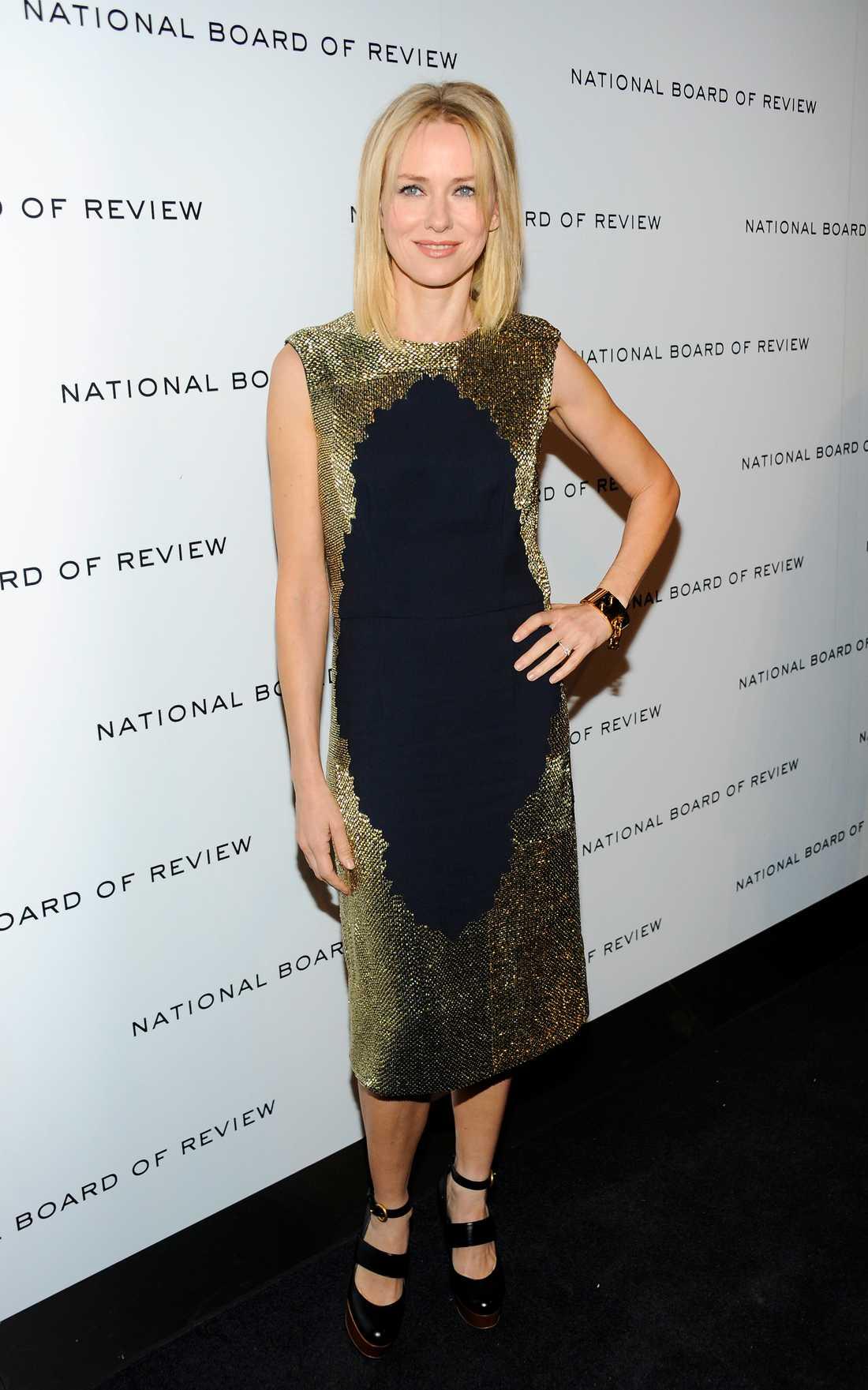 Naomi Watts bländade när hon anlände till samma gala i guld och svart från Stella McCartney