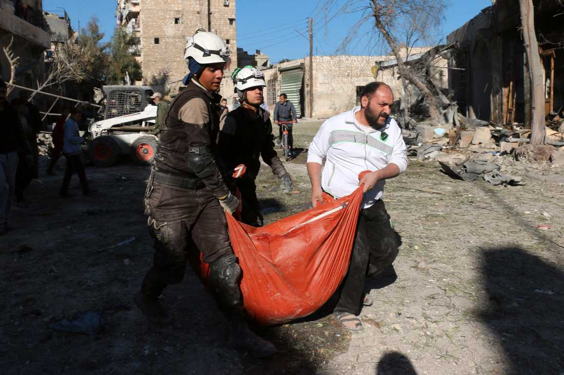 Räddningsarbetare från Vita hjälmarna tar hand om offer för bombräder i stadsdelen Bob al-Nayrab, östra Aleppo.