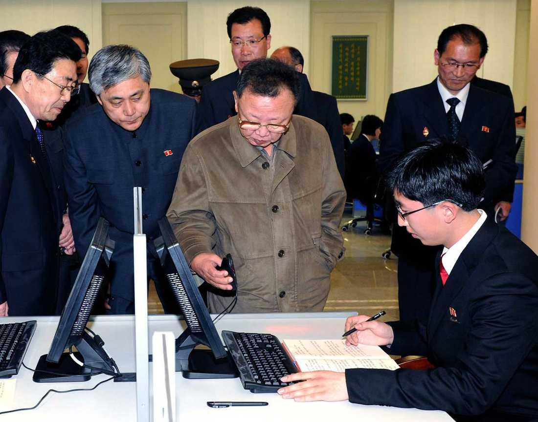 KIM TITTAR PÅ MUS Ledaren detaljstuderar två av folkrepublikens datamaskiner. Det finns många fler. Exakt hur många vill man inte avslöja för fienden.