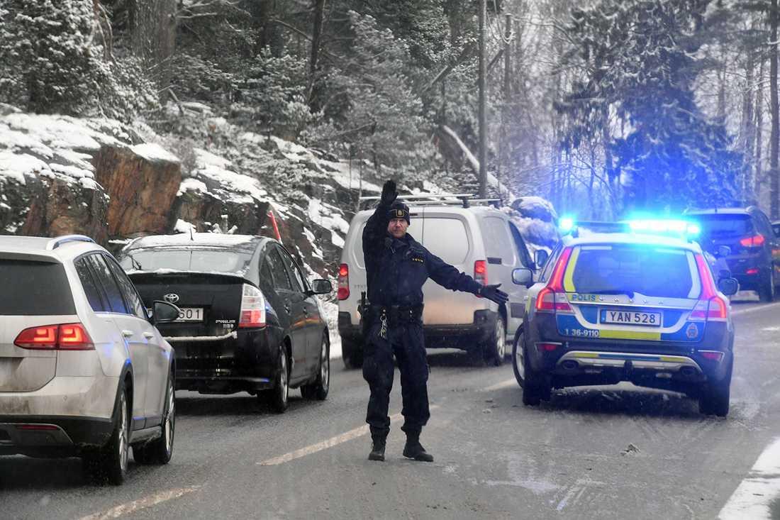På Stavsnäsvägen på Värmdö, öster om Stockholm, blev en bil liggande på sidan mitt i vägbanan.