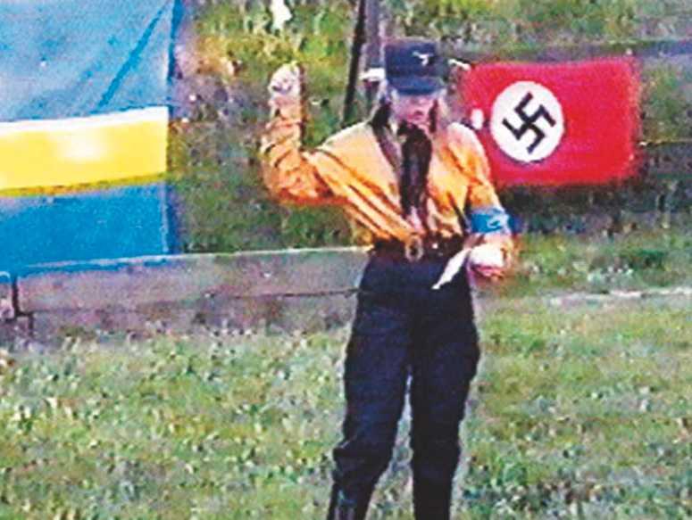 Tina Hallgren Bengtsson gjorde Hitlerhälsning vid ett nazistmöte i Skåne 1996.