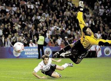 I HUVuDROLLEN Michael Owen gjorde två mål – båda med huvudet – och såg därmed till att England besegrade Argentina och målvakten Robert Abbondanzieri med 3–2.