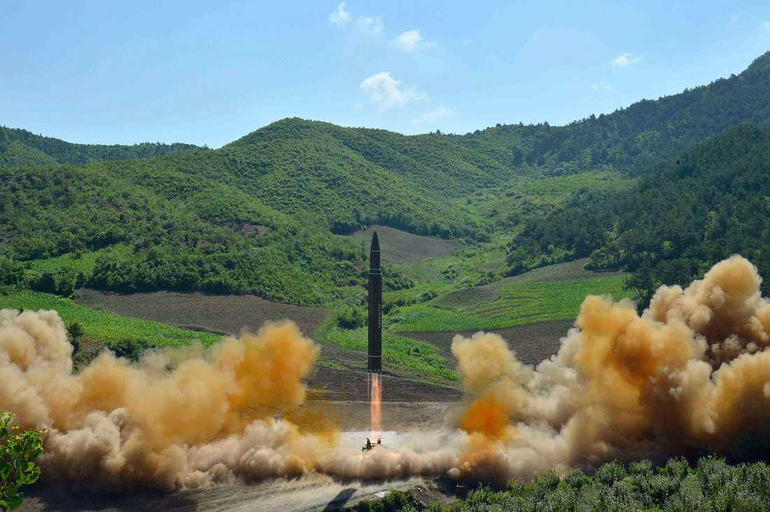 Bilden som offentliggjorts av Nordkoreanska myndigheter uppges visa missilen Hwasong-14.