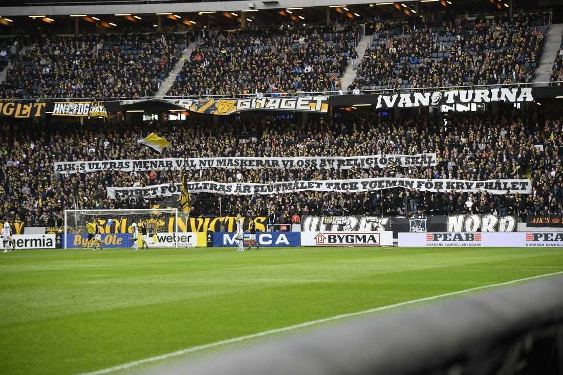 AIK-fansens banderoll i premiären mot Häcken.
