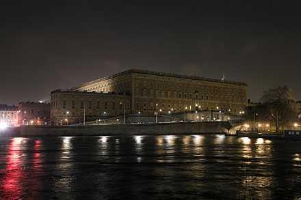Fasadbeslysningen på Kungliga slottet släcktes som majestätet utlovat ner 20.00 på lördagskvällen.