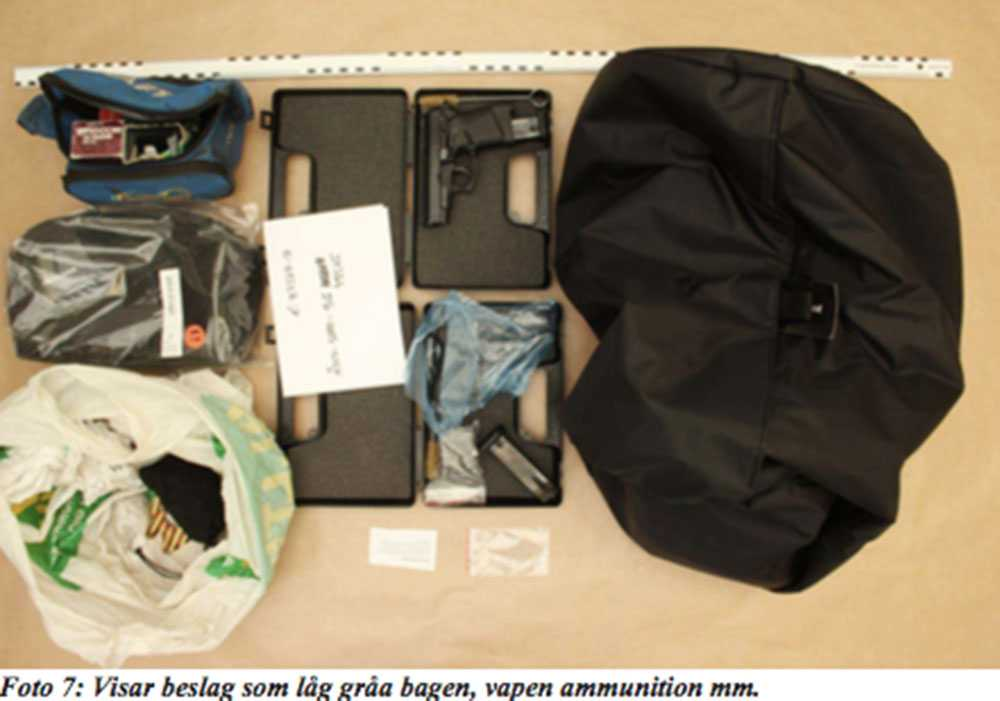 Polisen beslagtog vapen i ett förråd.