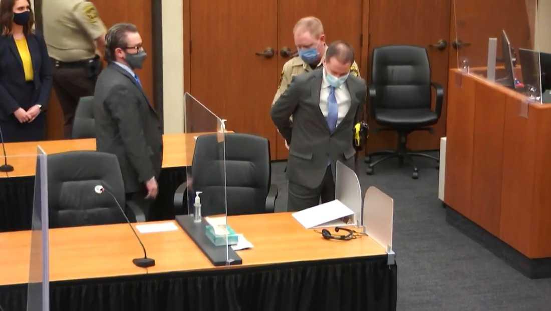 Derek Chauvin förs ut ur rättssalen.