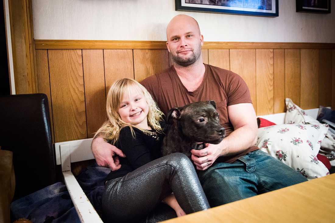 """""""Hon är verkligen jätteduktig"""" säger Johan Saarela om Agdas insats, här i soffan med dottern Isabelle."""