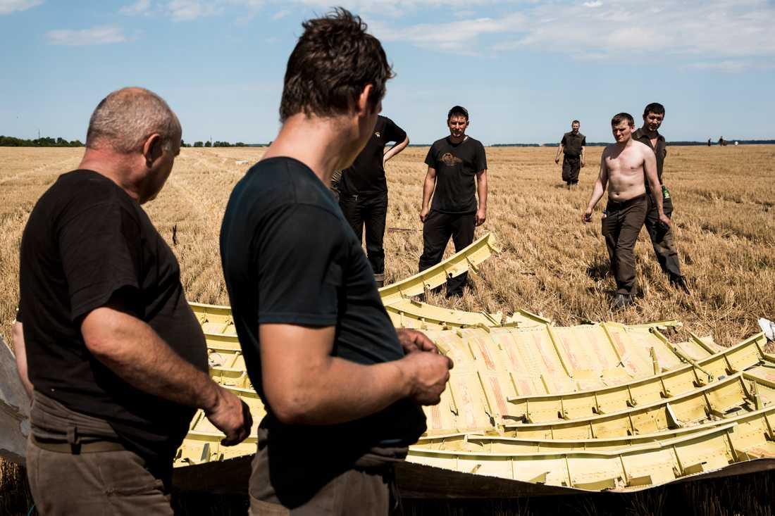Gruvarbetare söker efter offer på fälten.