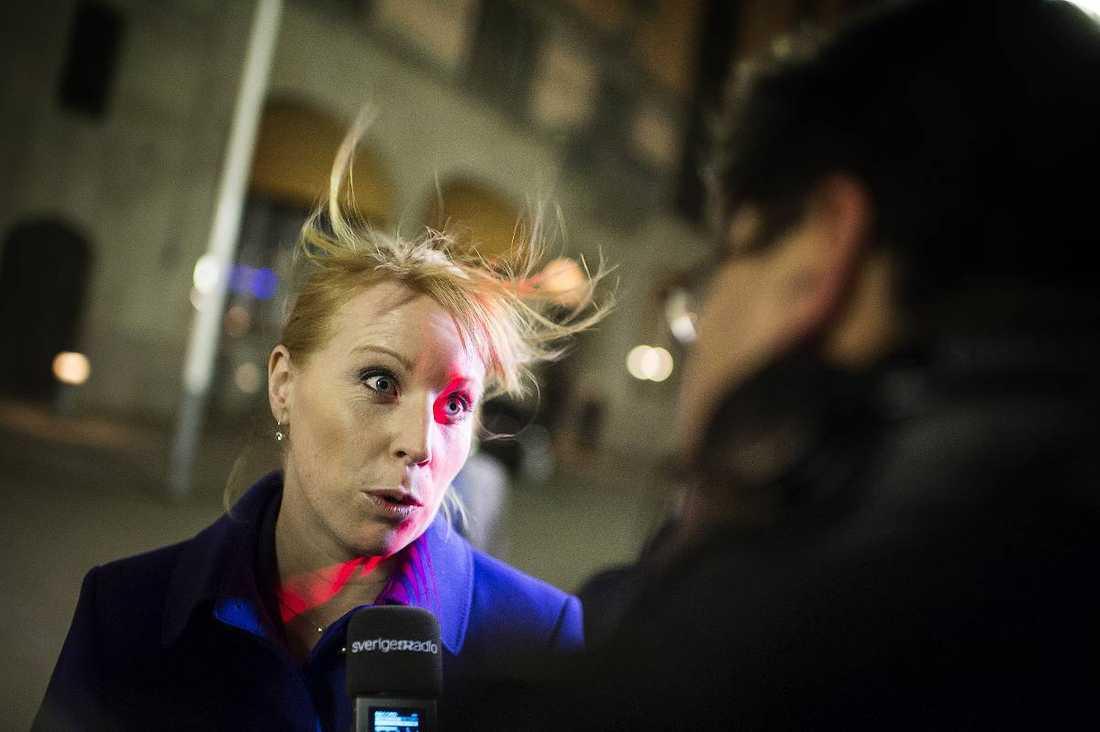 När SD i förra veckan meddelade att de skulle fälla regeringens budget bjöd Löfven in Alliansledarna till ett krismöte. Enligt Aftonbladets källor anser man inom regeringen att det är C-ledaren Annie Lööf som varit mest konfrontativ.