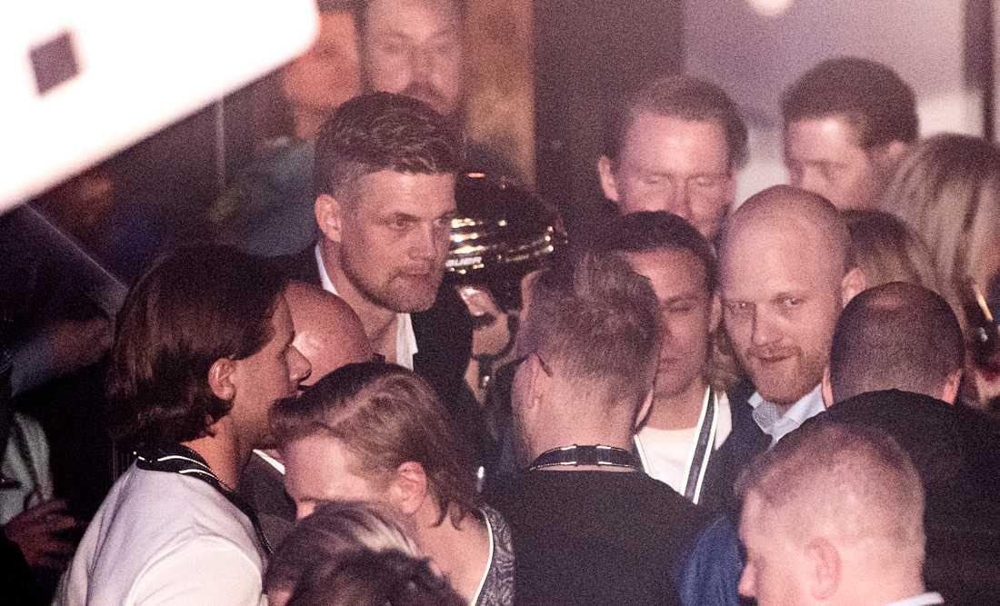Huvuddomare Mikael Nord till vänster och linjemannen Tobias Haster till höger under guldfesten med HV-spelare.