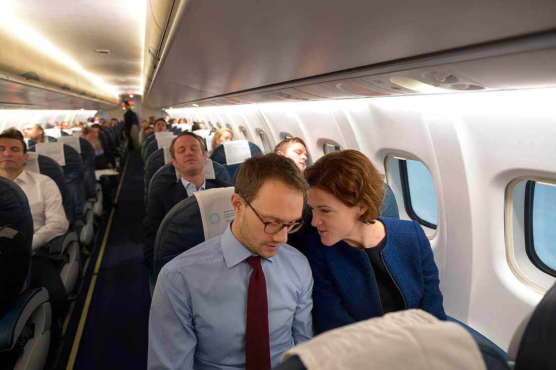 Kinberg Batra på väg till Finland med pressekreteraren Anderas Hamrin.