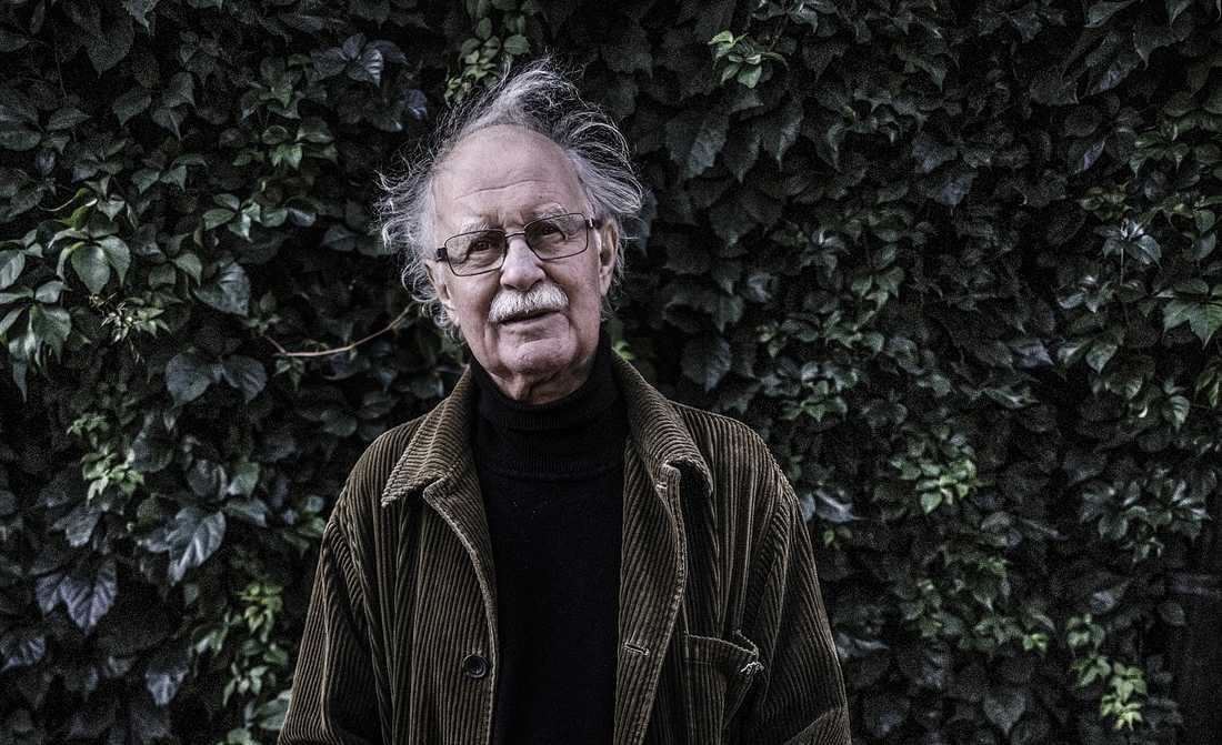 "Rolf Aggestam (1941–2020). Diktsamlingen ""Mitt i det veka livet"" utkommer postumt den 4 januari på Wahlström & Widstrand."