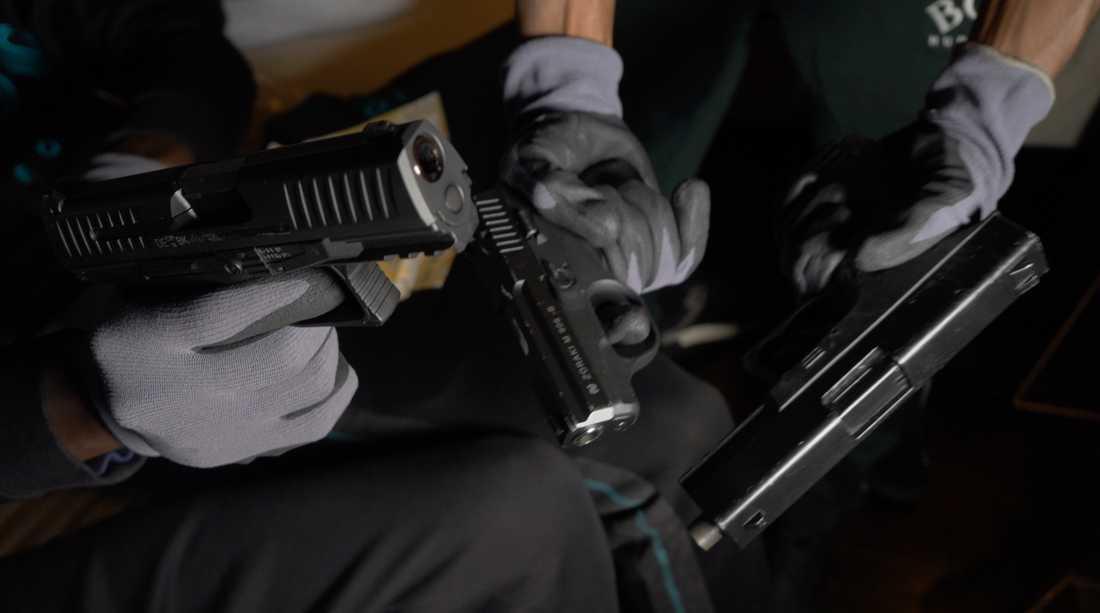 En kvinna sköts i armen under en videoinspelning på Ingarö i Stockholm skärgård.