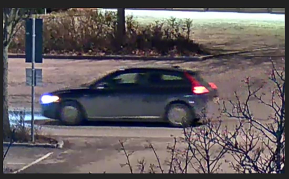 Polisen efterlyser bilen på bilden som ska vara en svart Volvo av modellen C30.