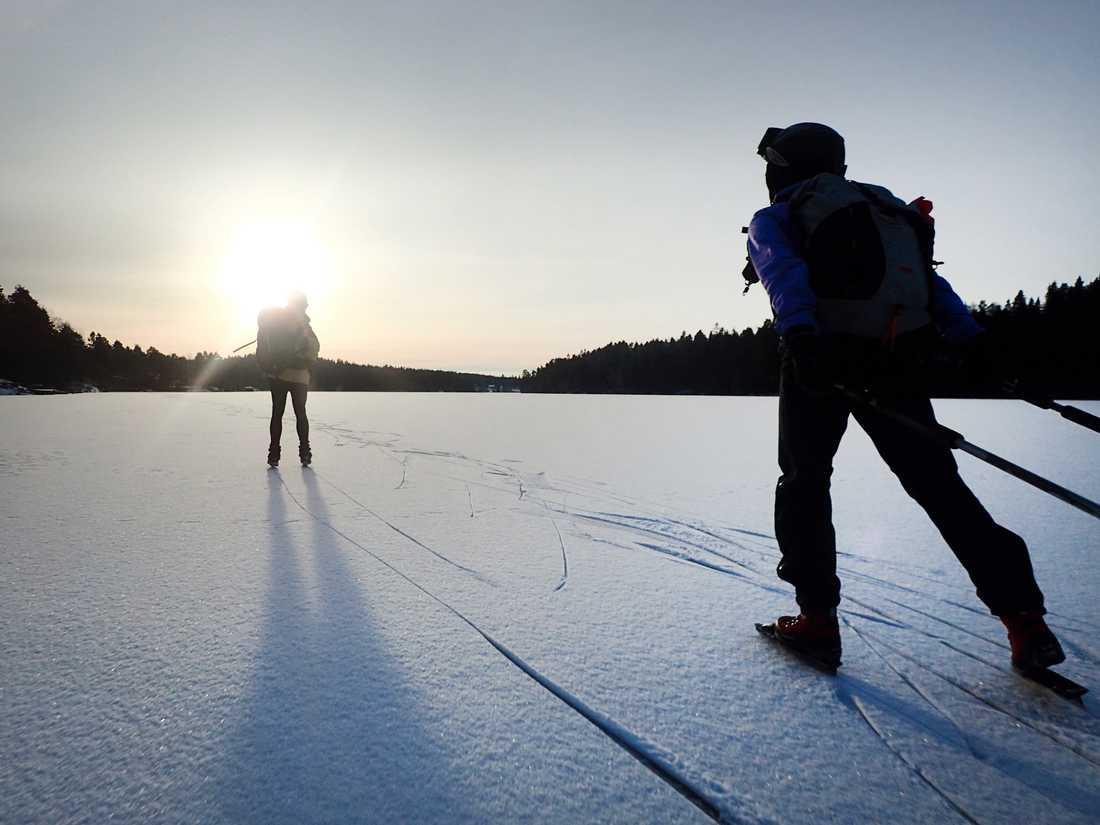 Att åka skridskor ute i det fria kan ge en fantastisk naturupplevelse. Men det gäller att hålla koll på säkerheten. Arkivbild.