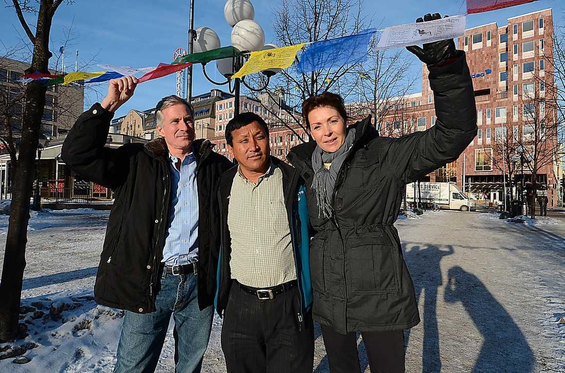 Mount Everestbestigarna David Breashears, Wongchu Sherpa och svenska Renata Chlumska flaggar för Mount Everest med buddistiska böneflaggor.