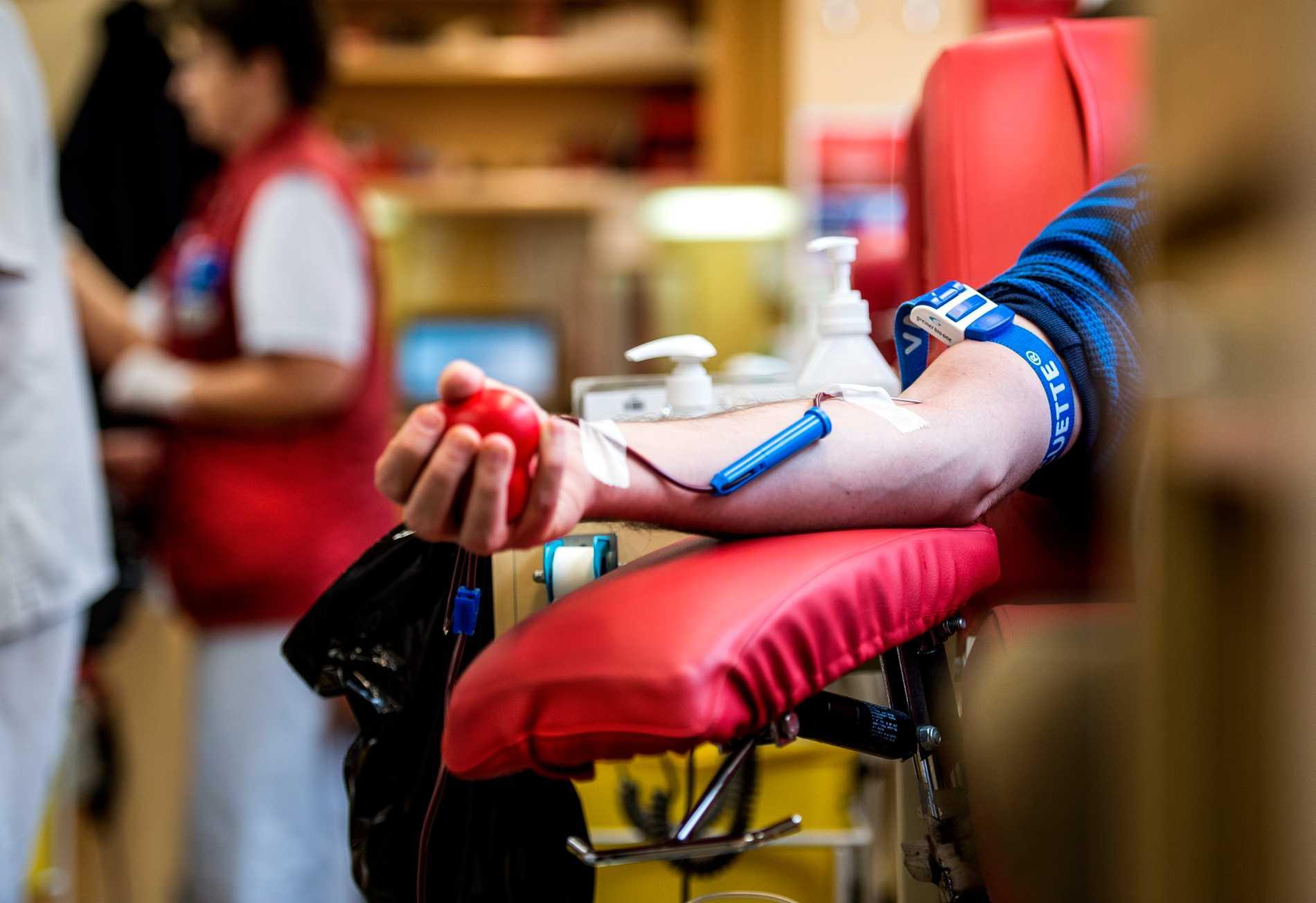 Homo- och bisexuella män kan nu donera blod, om de haft en och samma partner de senaste tre månaderna. Arkivbild.