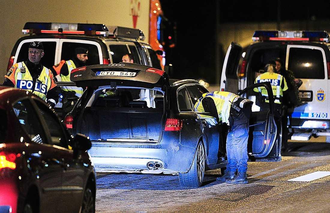 Polisen granskar en bil.