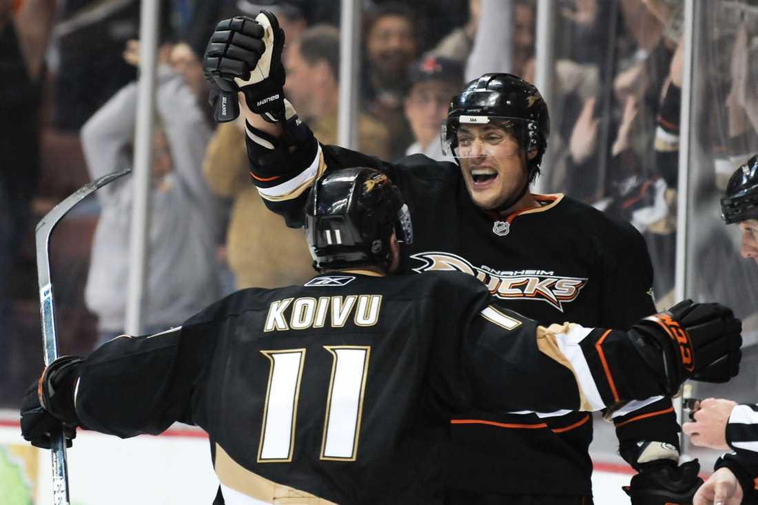 Saku Koivu hyllar Selänne efter att han gjort sitt 602:a NHL-mål och därmed slagit Jari Kurris rekord.