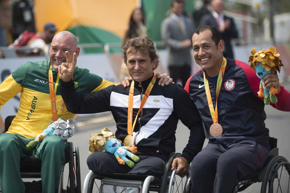 Alex Zanardi med guldmedaljen från Paralympics i Rio