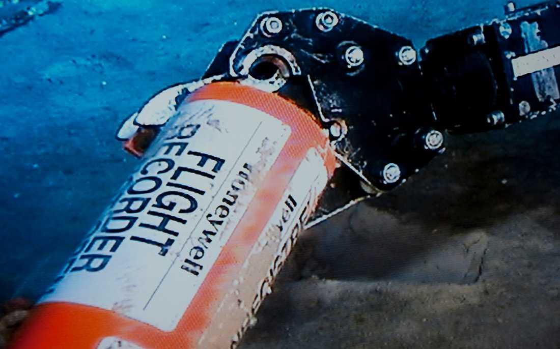 """Två år efter kraschen lyckas man till slut hitta den orange """"svarta lådan"""" på Atlantens botten."""
