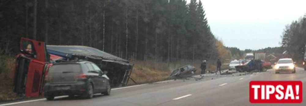 Två bilar krockade med en lastbil på E20 vid 16-tiden.