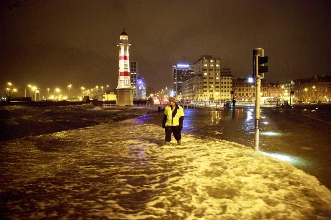 Stormen Sven i Malmö december 2016.  Havsnivån i hamnen steg till 125 centimeter över det normala. Torbjörn Andersson, ansvarig för Malmös broar,  med vatten till knäna på trottoaren nära klaffbron ut mot Dockan.