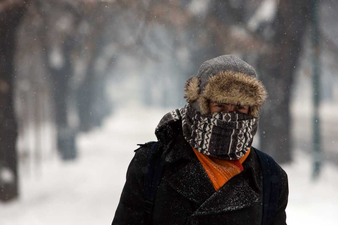 En man skyddar sig mot kylan i Sarajevo.