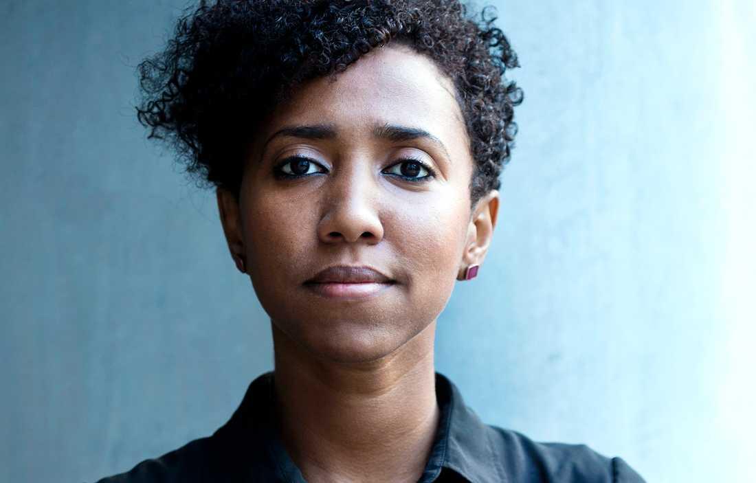Hana al-Khamri, Mellanösternanalytiker och journalist med jemenitiskt påbrå som vuxit upp i Saudiarabien men som nu bor i Sverige.